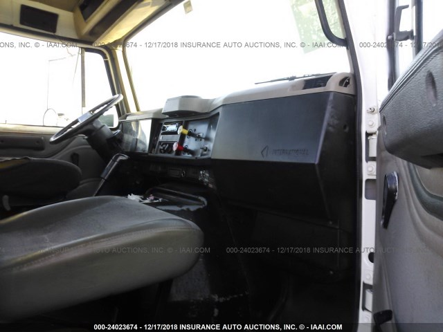 1HSHBATN52H515775 - 2002 INTERNATIONAL 8000 8100 WHITE photo 5